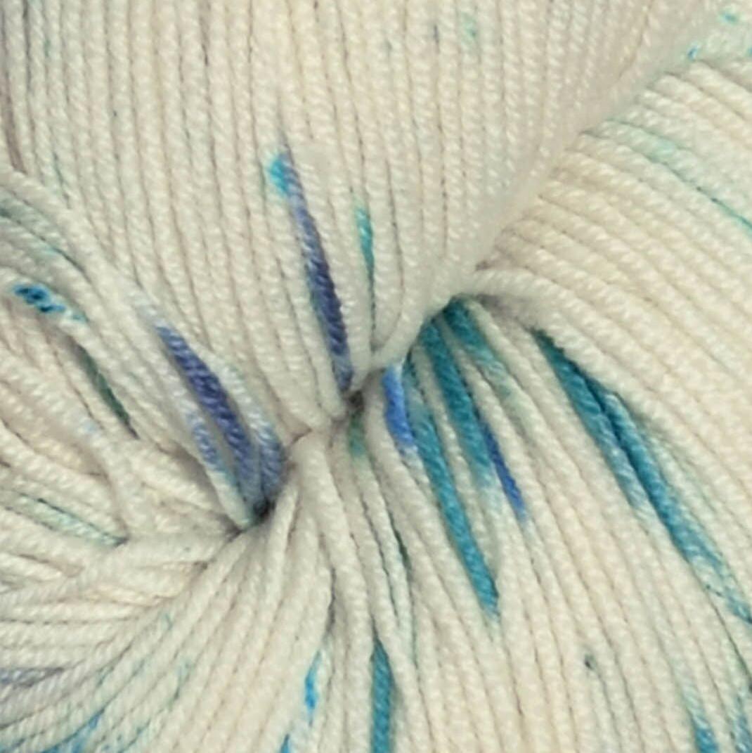c2483c37aff Tynn Merinoull Håndfarvet | Blåbær 1050 | Sandnes Garn